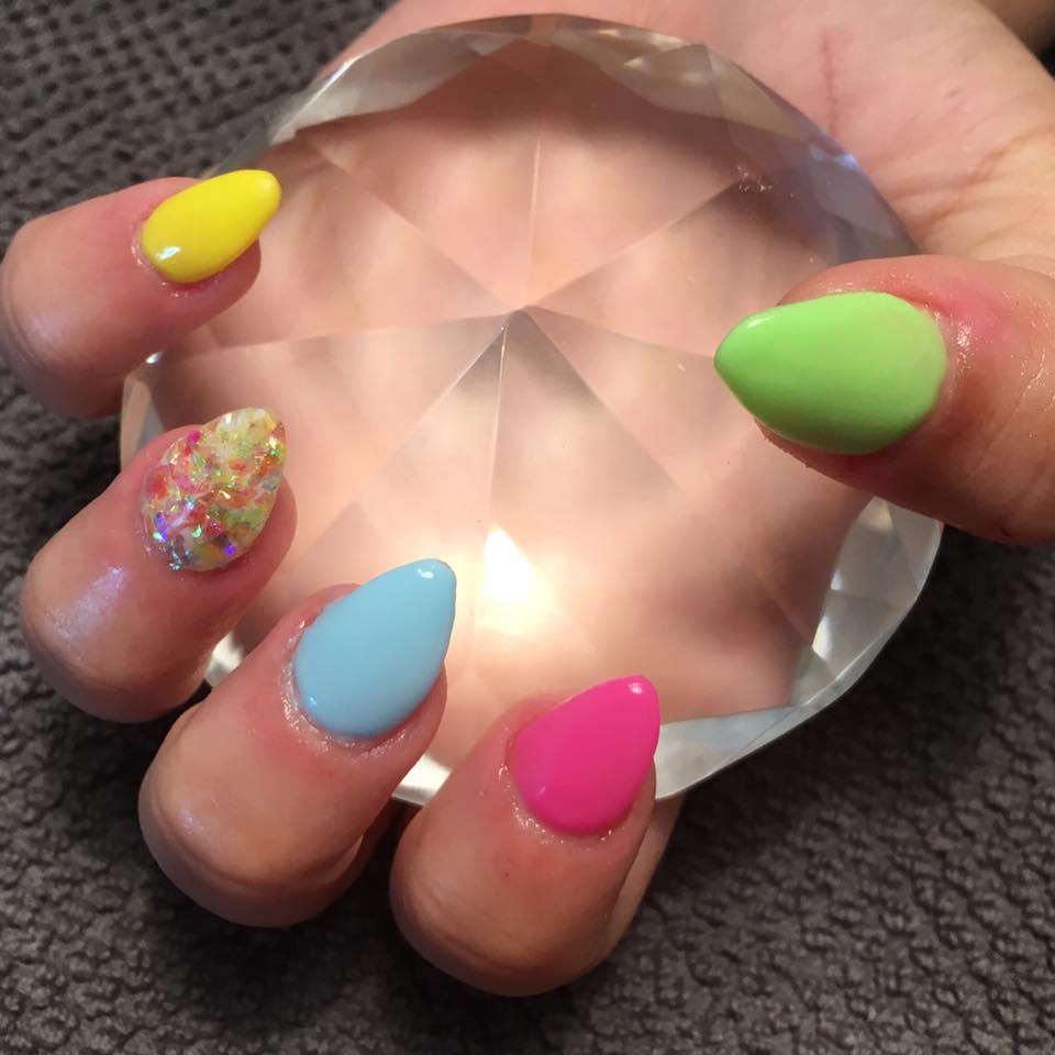 Naglar i somriga färger