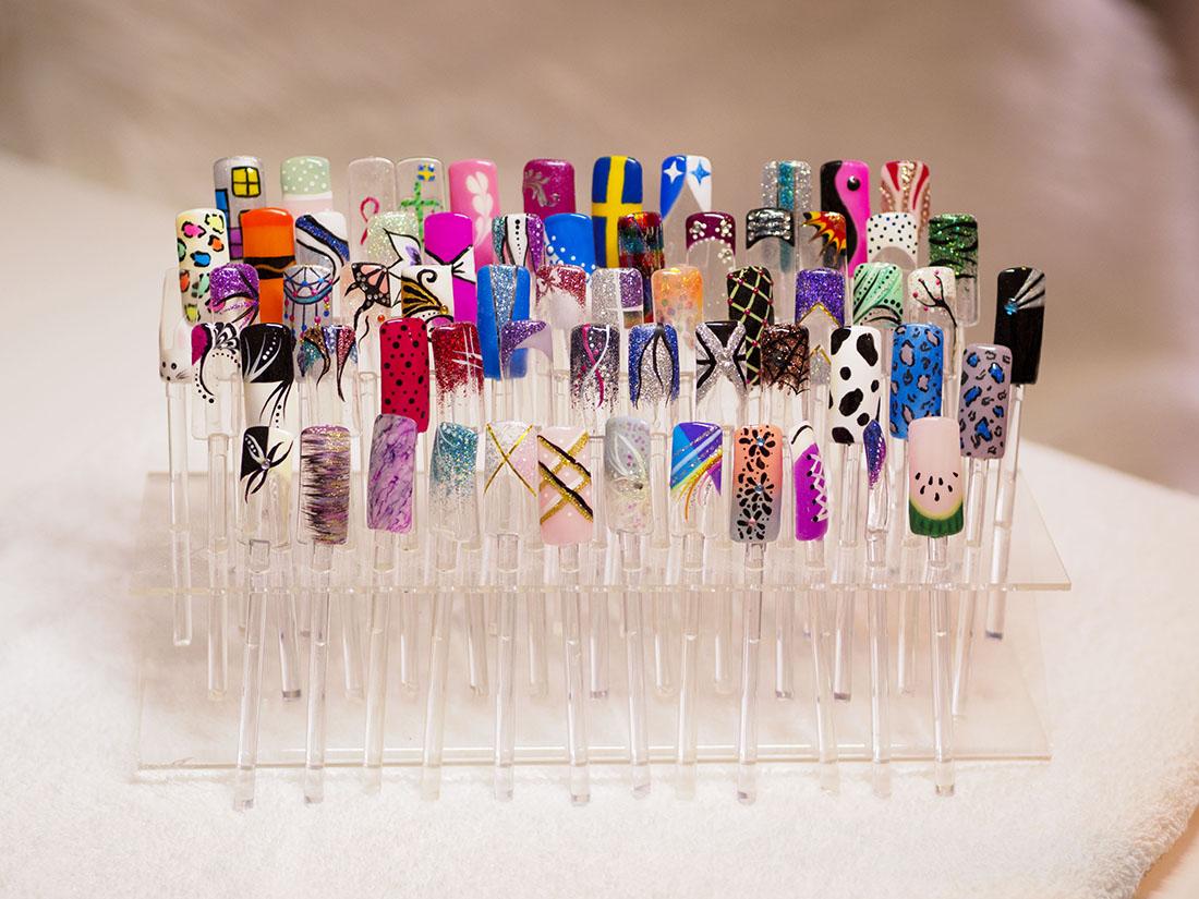 Naglar i ett ställ med olika designförslag