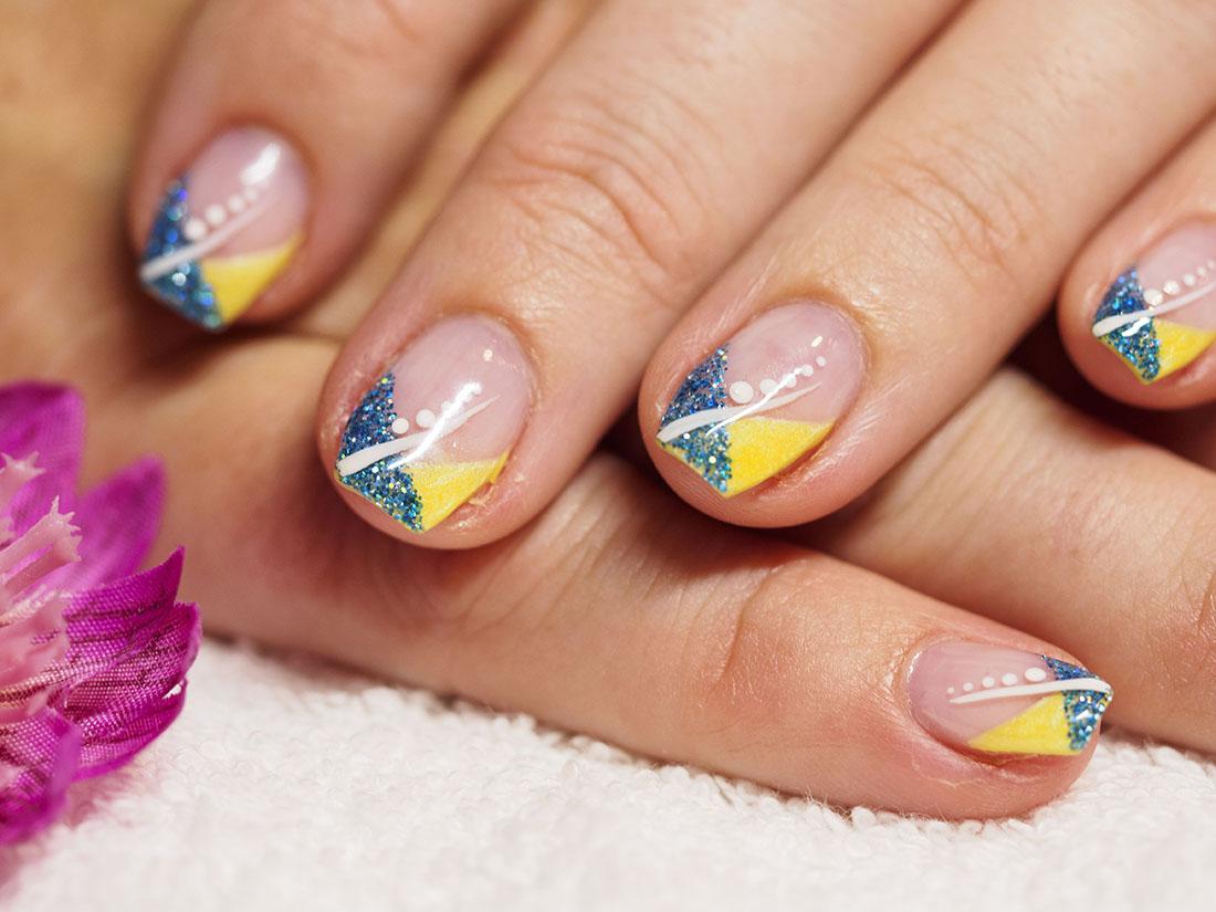 Gul och blå naglar